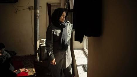 Shahperai, 47, katsoi ulos kotinsa olohuoneen ikkunasta Kabulissa poliisin univormu yllään.
