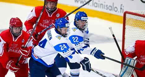 Manu Honkanen (oik.) ja Kasperi Kapanen ovat päässet juhlimaan maalia vain ottelussa Tanskaa vastaan.