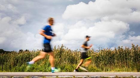 Juoksuharrastusta pitkän tauon jälkeen aloittavan ei kannata ahnehtia lenkkien pituudessa, koska se saattaa kostautua säären sitkeänä kipuna.