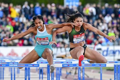 Nooralotta Neziri (oik.) ja Queen Harrison kävivät kesäkuussa tiukkaa kamppailua 100 metrin aidoissa Paavo Nurmen kisoissa.