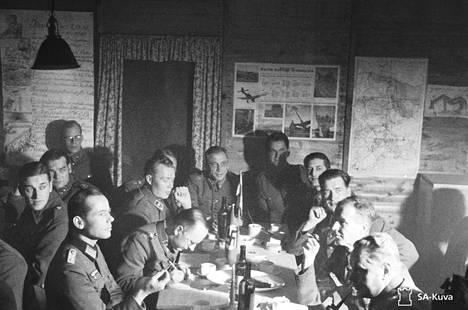 Suomalaisupseereita illanvietossa saksalaisvieraiden kanssa marraskuussa 1941 Sallan rintamalla