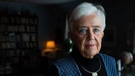 Elina Luukanen kiinnostui aikoinaan taidegrafiikasta toimiessaan taiteilijaäitinsä Lea Ignatiuksen avustajana kesällä 1970.