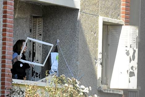 Poliisi tutki Mohamed Merahin kodin parveketta perjantaina Toulousessa.