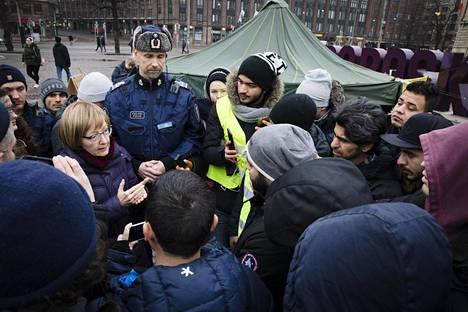 Maahanmuuttoviraston ylijohtaja Jaana Vuorio vastaili mielenosoittajien kysymyksiin perjantaina Helsingin Rautatientorilla.