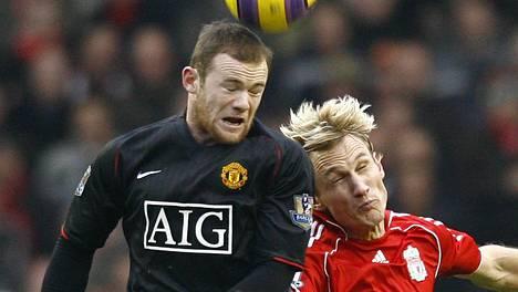 Sami Hyypiä edusti Liverpoolia vuosina 1999–2009. Kuvassa Hyypiä taistelee pallosta Manchester Unitedin Wayne Rooneyn kanssa.