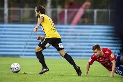 PS Kemin Henrik Ölander (oik.) katseli Lucas Kaufmannin kengänpohjia FC Honka–PS Kemi -ottelussa syyskuussa.