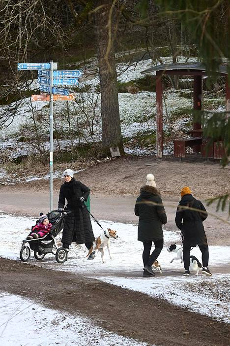 Ulkoilijoita perjantaina Helsingin keskuspuistossa Ruskeasuolla.