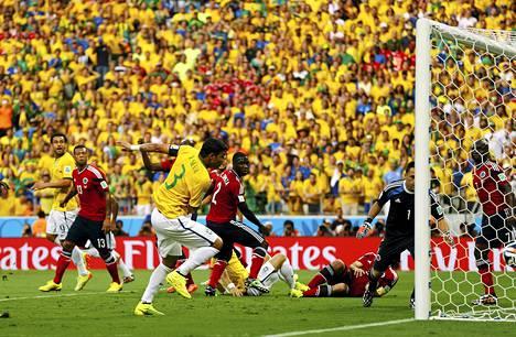 Kolumbian puolustus oli pihalla, kun Thiago Silva ohjasi Brasilian johtoon.