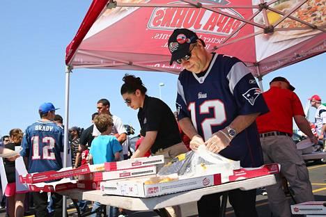Keväällä 2015 Foxborossa paikallinen Papa John -pizzayrittäjä jakoi ilmaisia pizzoja tukeakseen tähtipelaaja Tom Bradyn ottelukiellon kumoamista.