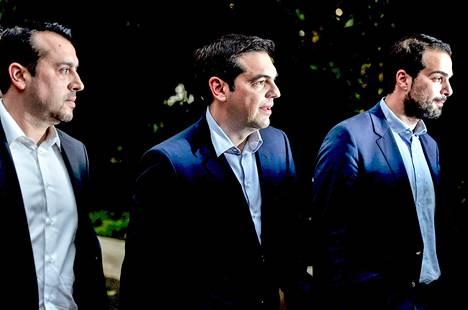 Pääministeri Alexis Tsipras (kesk.) poistui toimistostaan Ateenassa tiistaina.