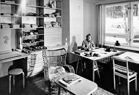 Else Aropaltio suunnittelemansa kotitalon toimistossa 1950-luvun alussa.