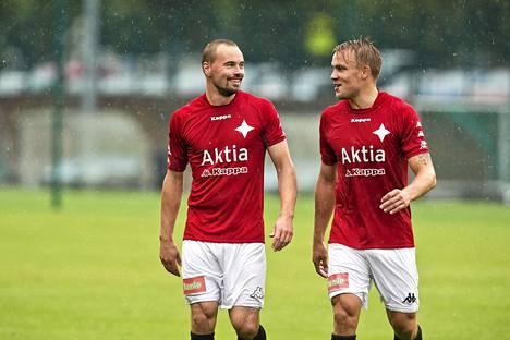 Jukka Sinisalo (vas.) iski HIFK:n tasoituksen Interiä vastaan. Kuva otettu 23. elokuuta, oikealla Pauli Kuusijärvi.