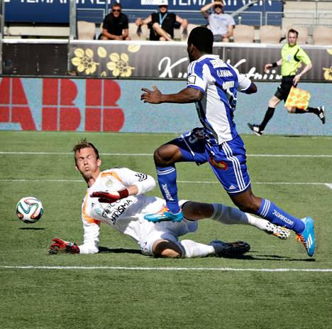 HJK-hyökkääjä Oussou Konan hassutti SJK:n Mihkel Aksalun ja viimeisteli joukkueensa toisen maalin.