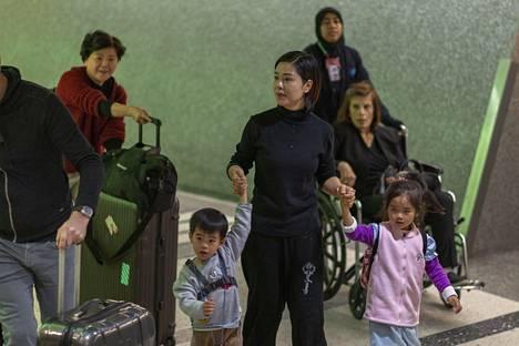 Matkustajia saapui Pekingistä Los Angelesiin lauantaina, jolloin lentokentällä aloitettiin tehostettu valvonta koronaviruksen varalta.