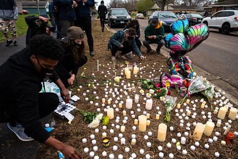 Daunte Wrightin läheiset sytyttivät kynttilöitä miehen muistolle tapahtumapaikalla.