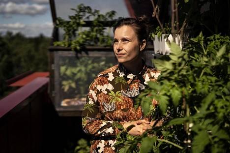 Oulussa asuva Sirja Eskelinen kasvattaa parvekkeellaan muun muassa meloneita, tomaattia, salaattia ja yrttejä.