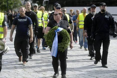 Kansallismielisten liittouman 188-kukkavirta-muistokulkue järjestettiin toissa viikonloppuna Turussa. Tapahtumaan osallistui uusnatsijärjestö PVL:n aktiiveja, kuten liikkeen johtohahmo Antti Niemi (vas.). Liittouman tiedotuksesta vastaa Terhi Kiemunki.
