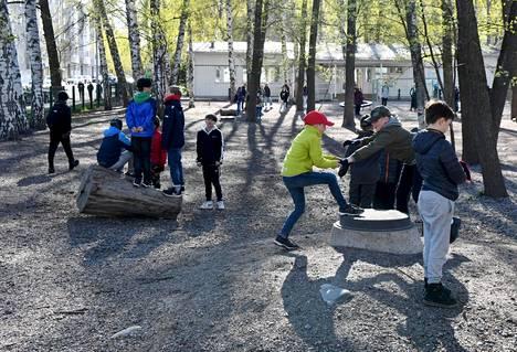 Lauttasaaren ala-asteen oppilaat leikkivät koulun pihalla torstaina.