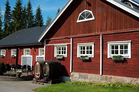 Ravintola- ja kahvilatilat on rakennettu vanhaan talliin. Vanhat tammitynnyrit Rönnvik osti Chymokselta, kun se lopetti viinintuotannon.