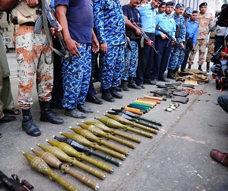 Pakistanin poliisi esitteli hyökkääjiltä jääneitä aseita.