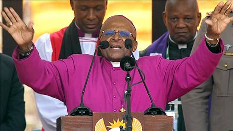 Desmond Tutu puhumassa tiistaina Nelson Mandelan muistotilaisuudessa.