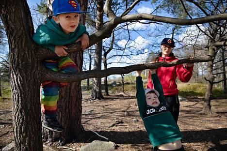 Laura Repo hakee seitsemänvuotiaan Reinon (vaalea hattu) kanssa viisivuotiaan Vihtorin (sininen lippis) päiväkodista. Kotimatkalla he koukkasivat kiipeilemään puissa.