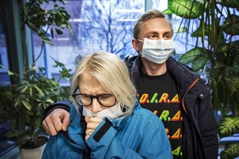 Emilia Lehmonen epäili sairastavansa influenssaa ja kävi Haagan terveysasemalla keskiviikkona. Jonoja ei juuri ollut, ja hän pääsi tapaamaan lääkäriä noin vartin odotuksen jälkeen. Puoliso Heikki Hakkarainen lähti mukaan henkiseksi tueksi.