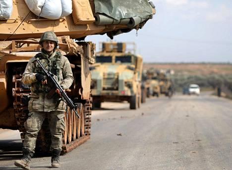 Turkin armeijan sotilasajoneuvojen jono liikkui Idlibin kaupungin itäpuolella Syyriassa viime viikon torstaina.