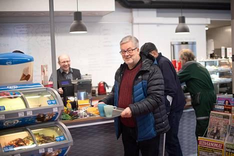 Vuodenvaihteessa eläkkeelle jäänyt Harri Syväsalmi Jaskan puodin kahvilassa Loimaalla.