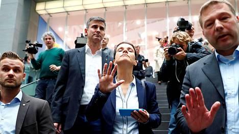 Alternative für Deutschland -puolueen karismaattinen johtaja Frauke Petry ilmoitti heti puolueensa menestyksellisten liittopäivävaalien jälkeen, että hän ei osallistu puolueen toimintaan parlamentissa. Petry ei hyväksy sitä, että vaalivoitto saatiin teemoilla, jotka olivat pelkoja lietsovia, äärikansallisia ja islaminvastaisia.