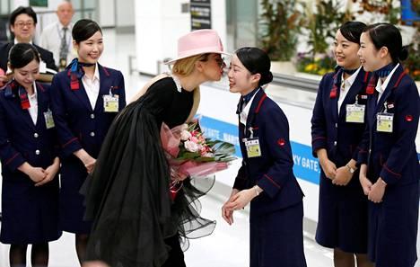Lady Gaga suuteli Japan Airlinesin henkilökuntaa saapuessaan Naritan lentoasemalle Japaniin tiistaina.