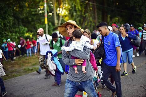 Hondurasista matkaan lähteneet siirtolaiset kulkivat kohti Yhdysvaltoja Meksikon Chiapasin osavaltiossa maanantaina.