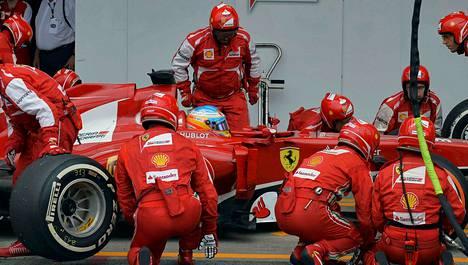 Formula 1 -kausi alkaa maaliskuussa Australiasta. Ferrarin Fernando Alonso (kuvassa) saa tallikaverikseen Kimi Räikkösen.