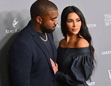Kim Kardashian ja Kanye West alkoivat seurustella vuonna 2012. Heidän ensimmäinen lapsensa syntyi vuonna 2013, ja naimisiin he menivät seuraavana vuonna. Nyt pariskunta on eronnut.
