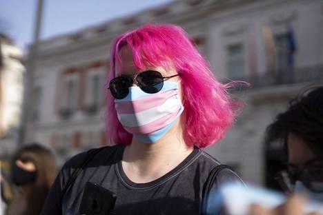 Translipun värejä kantavaan maskiin pukeutunut aktivisti osallistui mielenosoitukseen kansainvälisenä transnäkyvyyden päivänä 31. maaliskuuta Espanjan Madridissa.