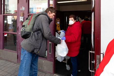 Ruokakasseja jaettiin Kontulan ostoskeskuksella keskiviikkona noin kaksisataa.