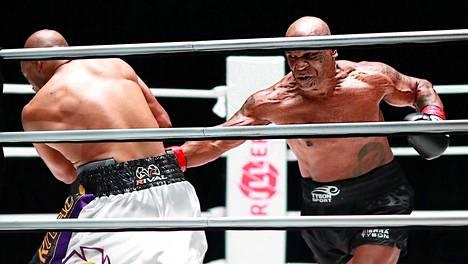 Mike Tyson (oik.) otteli Roy Jones junioria vastaan 28. marraskuuta 2020 harjoitusottelussa.
