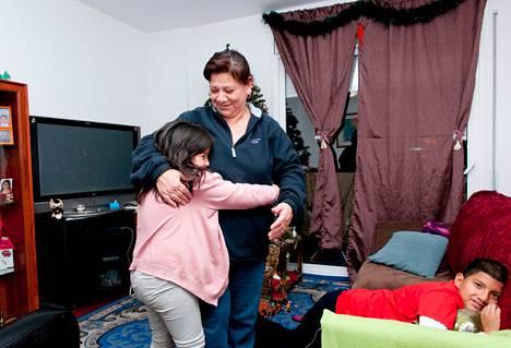 Jenny Peña Ruiz asuu lastensa Brisa ja Luis (oik.) Mendozan kanssa vallatussa asunnossa Rubín kaupungissa.