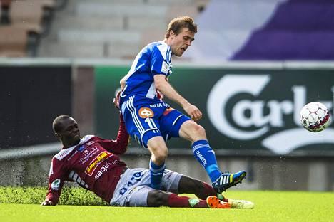 HJK:n Veli Lampi kamppaili pallosta Jaron Peter Opiyon kanssa Veikkausliigan ottelussa Sonera-stadionilla 22. kesäkuuta.