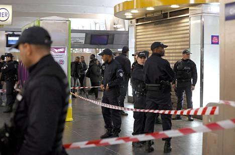 Poliisit partioivat paikalla, jossa miestä puukotettiin niskaan lauantaina Pariisissa.