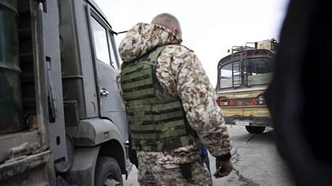 Alakurtissa Suomen rajan tuntumassa normaalisti palveleva venäläissotilas Vitali oli tullut kuorma-autolla rengasliikkeeseen Homsin lähellä.