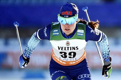 Krista Pärmäkoski hiihtää naisten yhdistelmäkilpailussa lauantaina 27. helmikuuta.
