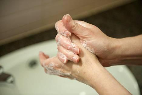 Käsien pesu on hyvä tapa ehkäistä flunssaa.