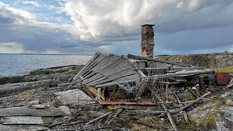 Päntärin saaren autiotupa on romahtanut.