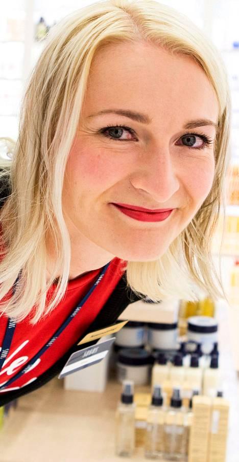 Kosmetologi ja tradenomi Elina Kudjoi-Erosen työt jatkuvat ainakin huhtikuun loppuun saakka Kuopiossa.