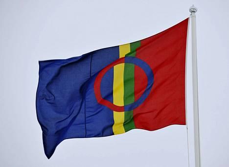 Saamen lippu. Helsingin yliopisto kunnioittaa saamelaisten kansallispäivää nostamalla lipun Porthania-rakennuksensa salkoon Kluuvissa torstaina kello 12.