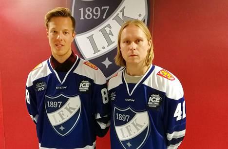 Haloo Helsinki! -yhtyeen kitaristit Jere Marttila (vas.) ja Leo Hakanen vetivät päälleen IFK:n ulkoilmaotteluun suunnitellut pelipaidat.
