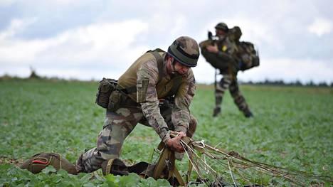 Ranskalaissotilas kokosi laskuvarjoa ilmaharjoituksen jälkeen viime vuoden lokakuussa Hohenfelsissä Saksassa.