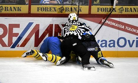 Ossi Väänänen suuttui taklauksen alta kyykistyneelle Ruotsin Niklas Perssonille.