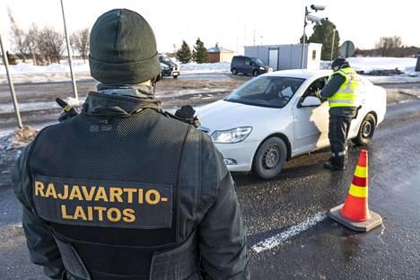 Rajavartijat tarkastivat Ruotsista tulevan ajoneuvon syytä rajan ylitykselle Suomen ja Ruotsin välisellä rajalla Torniossa 20. maaliskuuta.